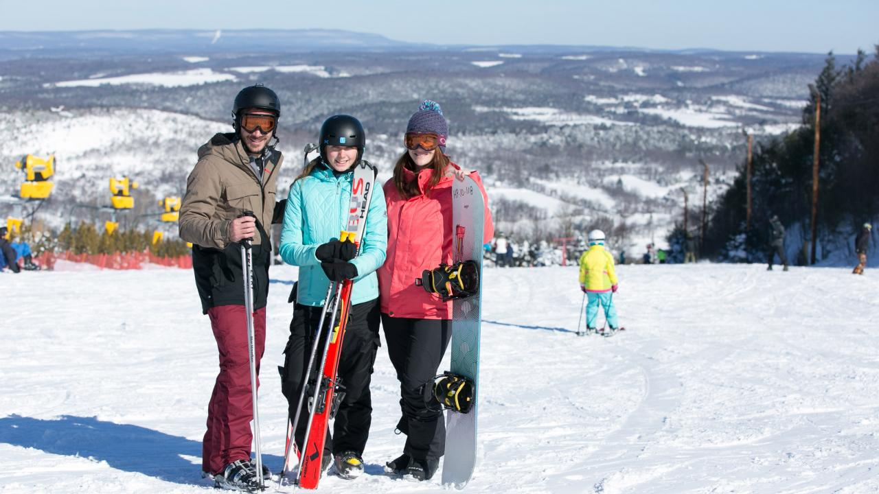 Group skiing in the Pocono Mountains of Pennsylvania